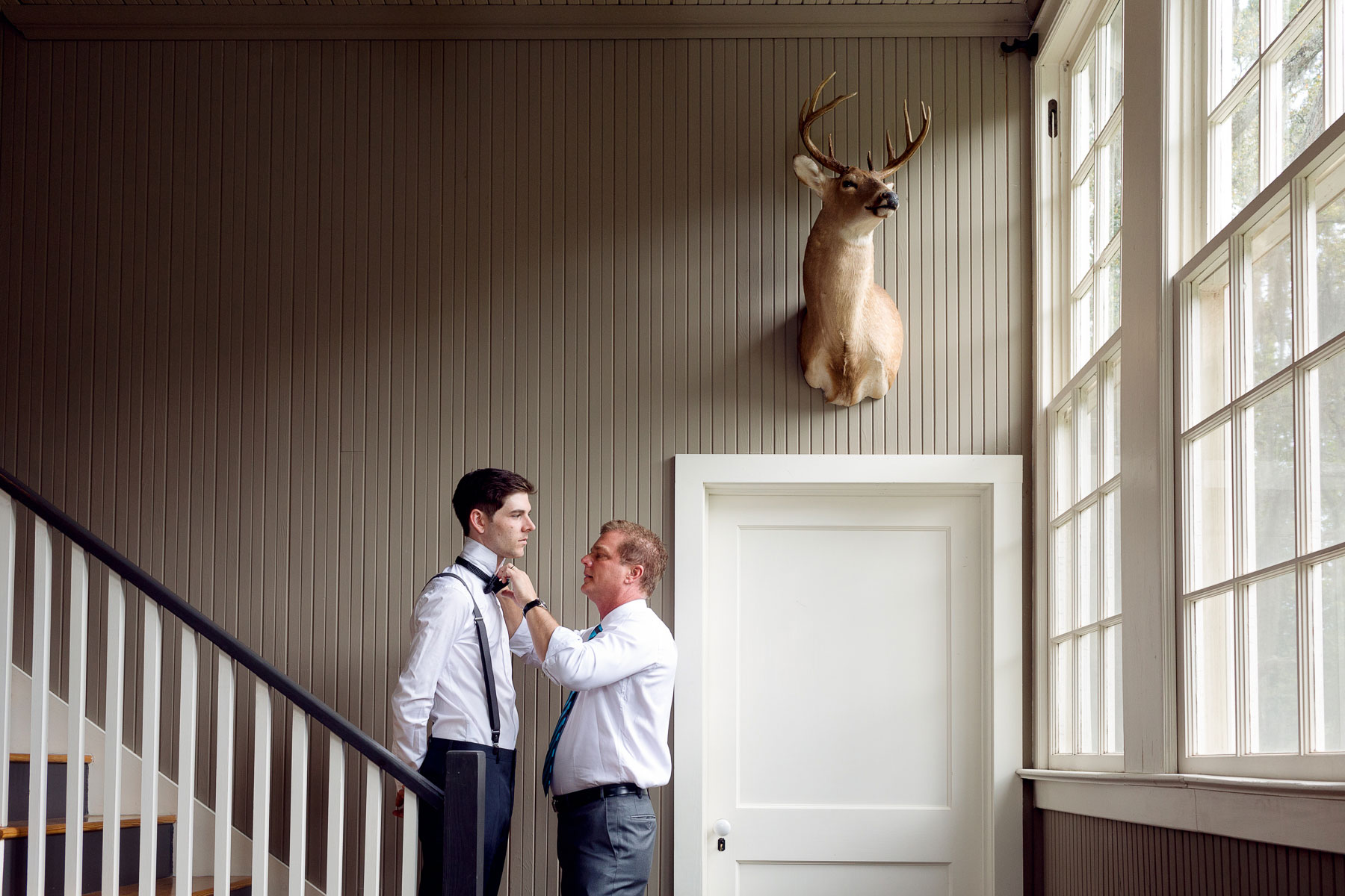 grooms-gets-ready-with-father-on-staircase