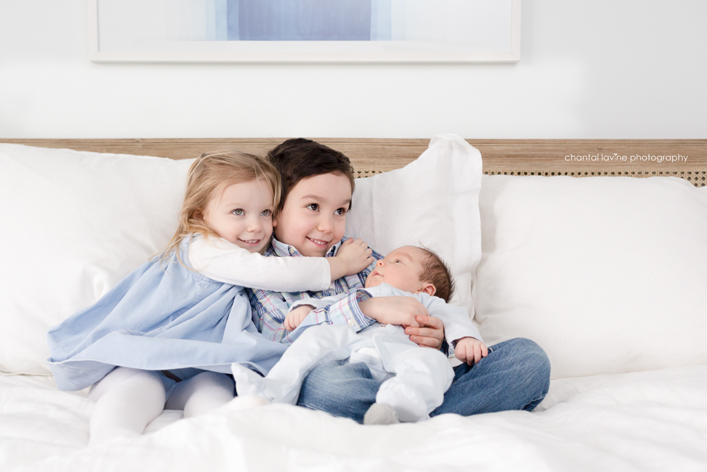 siblings-snuggle-newborn-brother