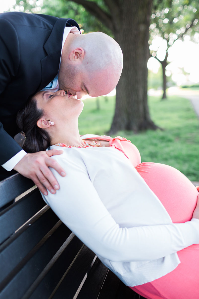 maternity-portrait-closeup-parents-kiss